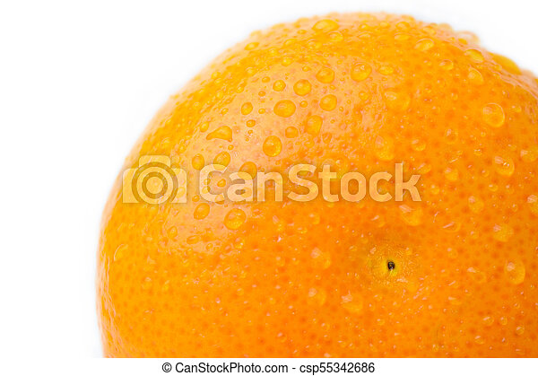 Naranja madura con gota de agua en blanco - csp55342686