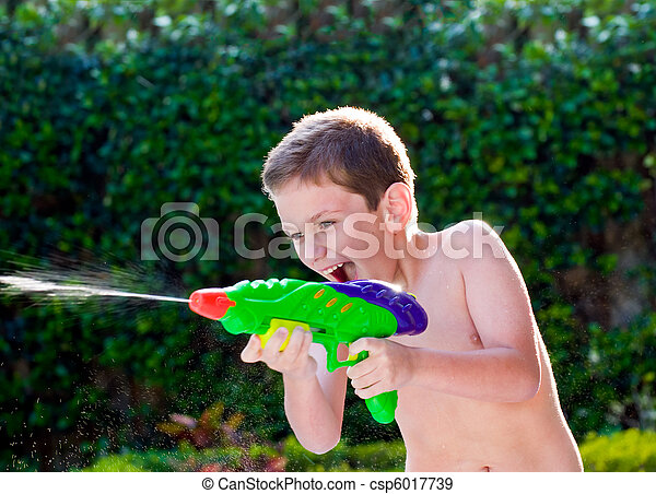 agua, niño, backyard., juego, juguetes - csp6017739