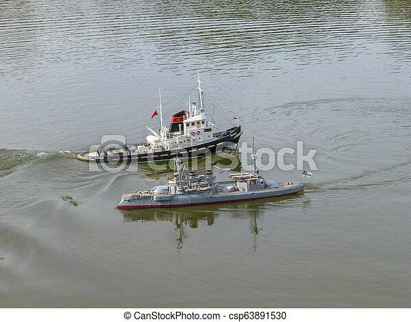 Los Barcos De Juguetes De Los Niños Flotan En El Agua Modelos De Barco Canstock
