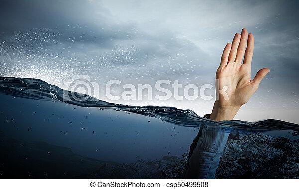 Mano de persona ahogada en agua - csp50499508