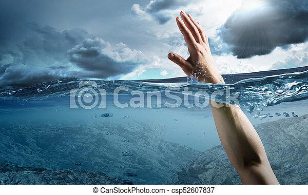 Mano de persona ahogada en agua - csp52607837