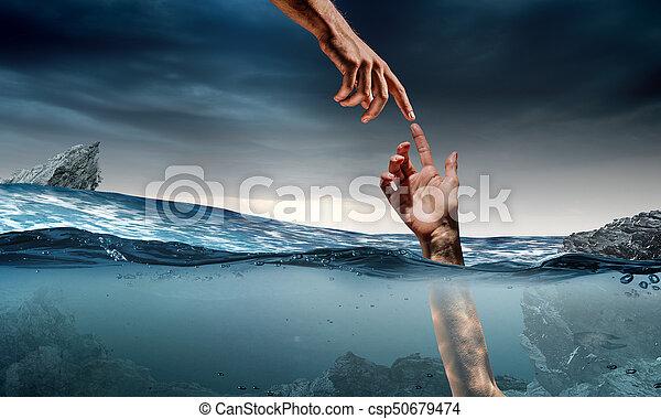 Mano de persona ahogada en agua - csp50679474