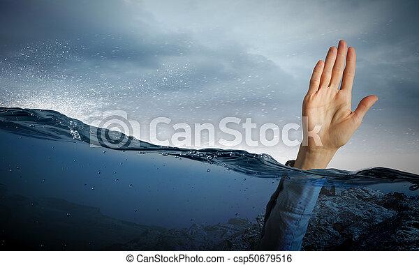 Mano de persona ahogada en agua - csp50679516