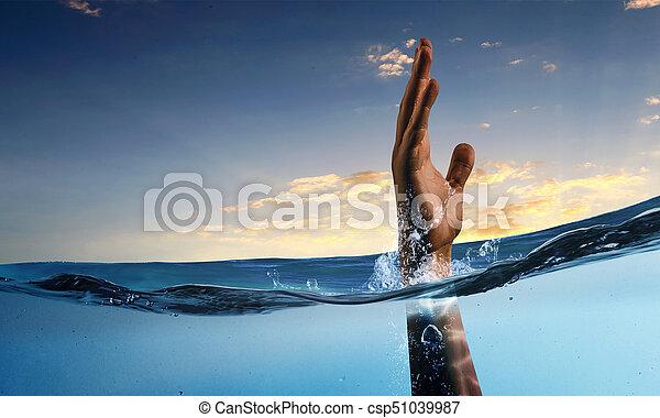 Mano de persona ahogada en agua - csp51039987