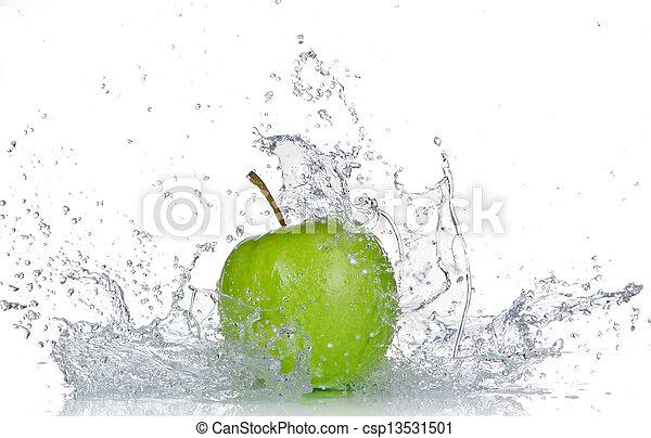 Manzana con agua salpicada aislada en blanco - csp13531501