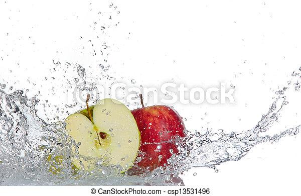 Manzana con agua salpicada aislada en blanco - csp13531496
