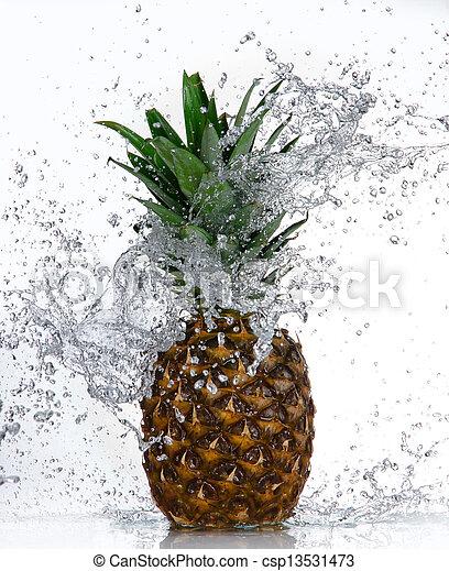 Piña con agua salpicada aislada en blanco - csp13531473