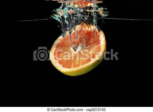 Fruta cayendo al agua - csp0210143