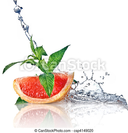 Agua salpicada de pomelo con menta en blanco - csp4149020