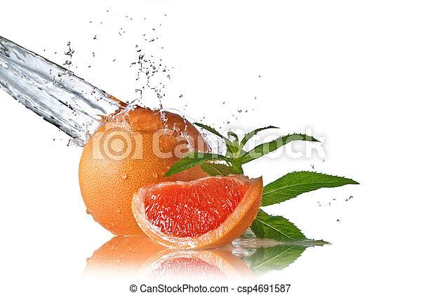 Agua salpicada de pomelo con menta en blanco - csp4691587