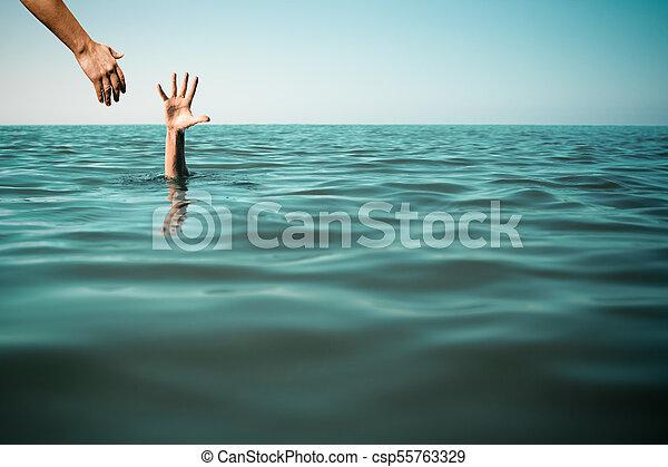 Ayudar a un hombre ahogándose salvando vidas en mar o océano. - csp55763329