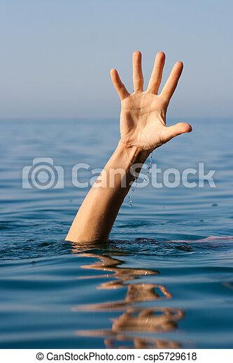 Una sola mano de ahogado en el mar pidiendo ayuda - csp5729618