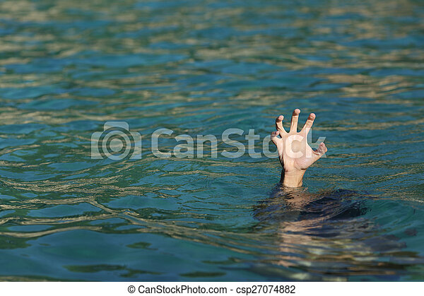 Un hombre ahogado en el océano - csp27074882
