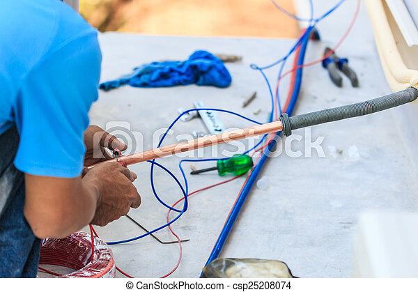 Una parte de la preparación para instalar un nuevo aire acondicionado. - csp25208074