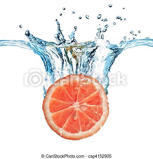 Fruta fresca cayó al agua con burbujas aisladas en blanco - csp4152905