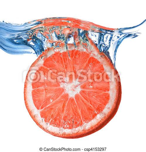 Fruta fresca cayó al agua con burbujas aisladas en blanco - csp4153297