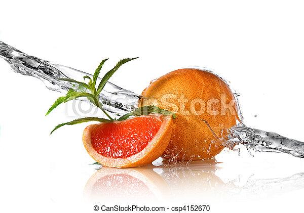 Agua salpicada de pomelo con menta en blanco - csp4152670