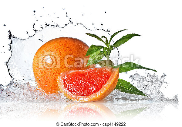 Agua salpicada de pomelo con menta en blanco - csp4149222