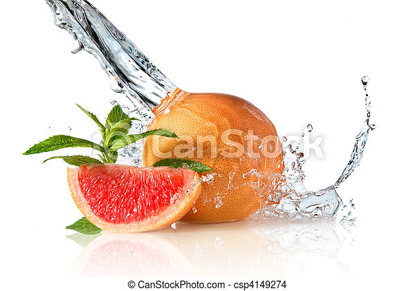 Agua salpicada de pomelo con menta en blanco - csp4149274