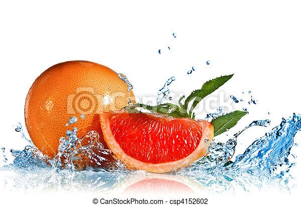 Agua salpicada de pomelo con menta en blanco - csp4152602