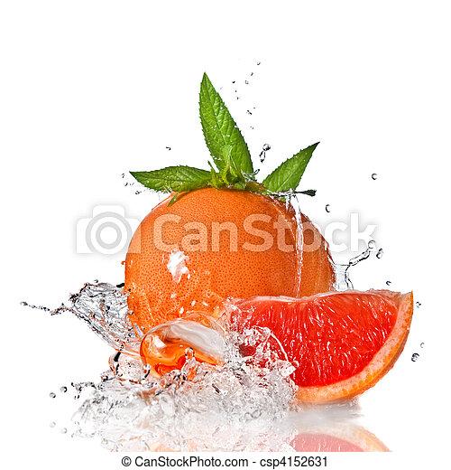 Salpicadura de agua en pomelo con menta aislada en blanco - csp4152631