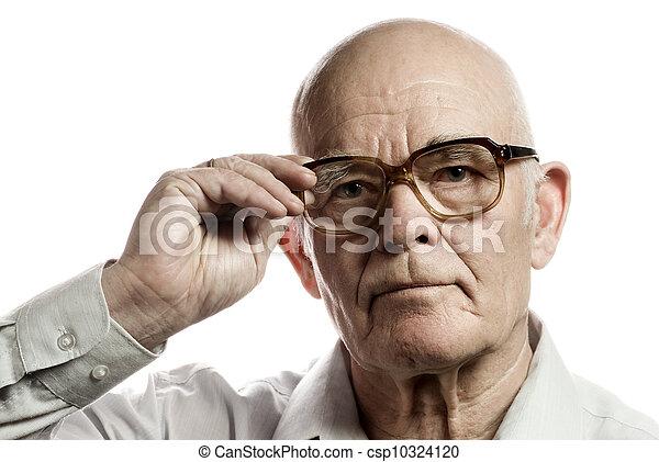 Un hombre mayor con gafas enormes aislado en un fondo blanco - csp10324120