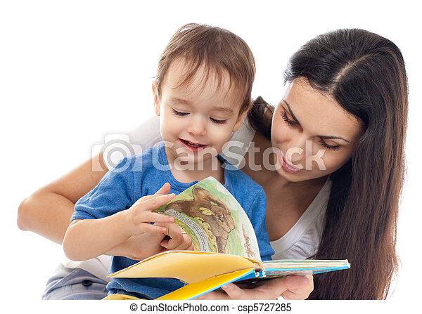 Madre e hijo leyendo libros juntos aislados en blanco - csp5727285