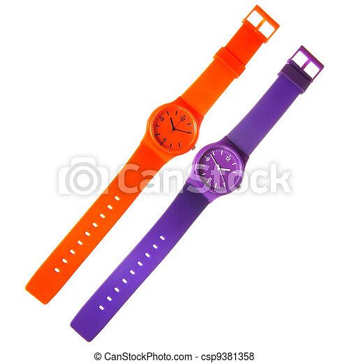 Los relojes de plástico de naranja y violeta están aislados en blanco - csp9381358