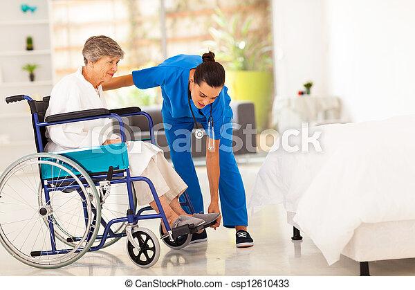 ajudando, caregiver, mulher, jovem, idoso - csp12610433