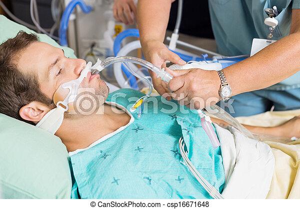 ajustar, paciente, boca, endotracheal, enfermeira, tubo - csp16671648