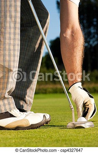 Golfer ajustando pelota de golf - csp4327647