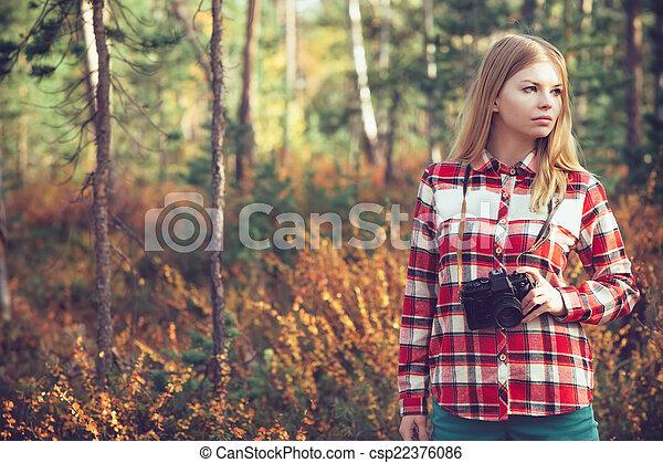 Mujer joven con cámara fotográfica al aire libre al estilo de vida natural en el fondo - csp22376086