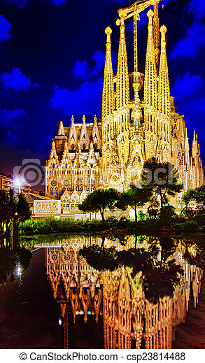Sagrada familia, hermosa y majestuosa barcelona. - csp23814488