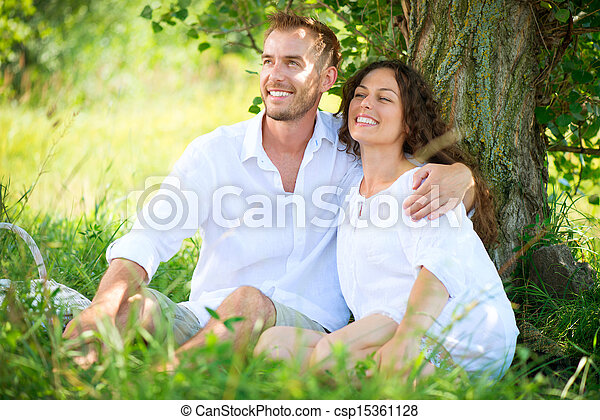 al aire libre, picnic, familia , pareja, joven, park., teniendo, feliz - csp15361128