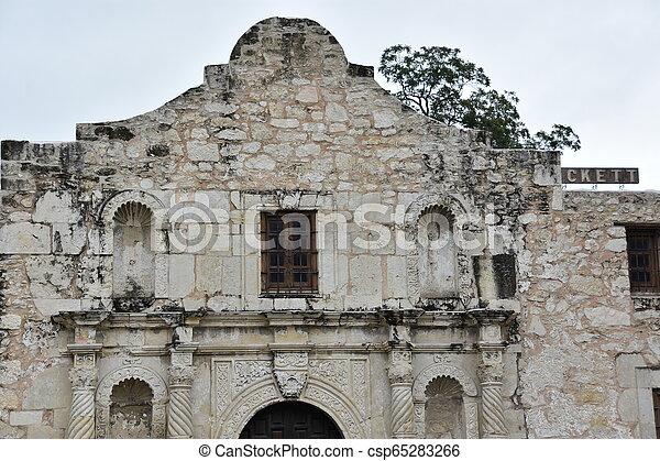 El Álamo en San Antonio, Texas - csp65283266