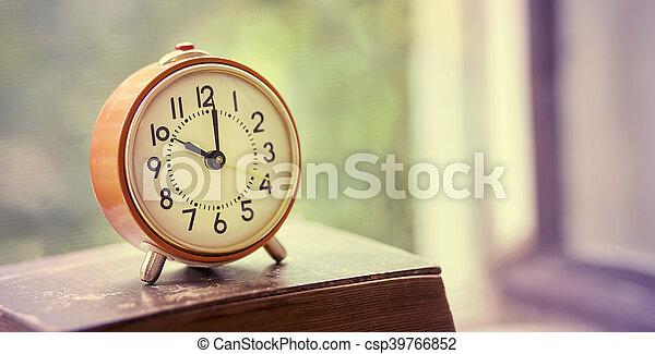 Retro alarma del reloj - csp39766852