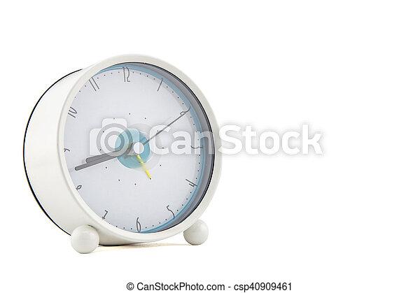 Reloj de alarma sobre fondo blanco - csp40909461