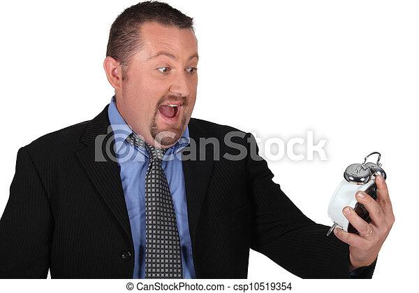 Un hombre aturdido en el despertador - csp10519354