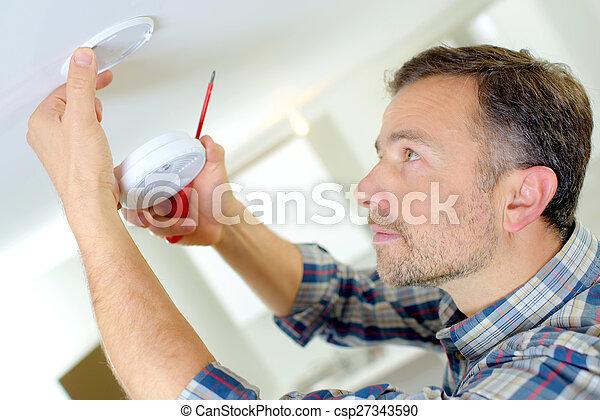 Instalación de una alarma de humo - csp27343590