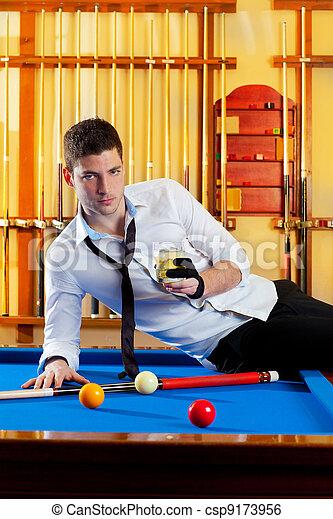 Un apuesto jugador de billar que bebe alcohol - csp9173956
