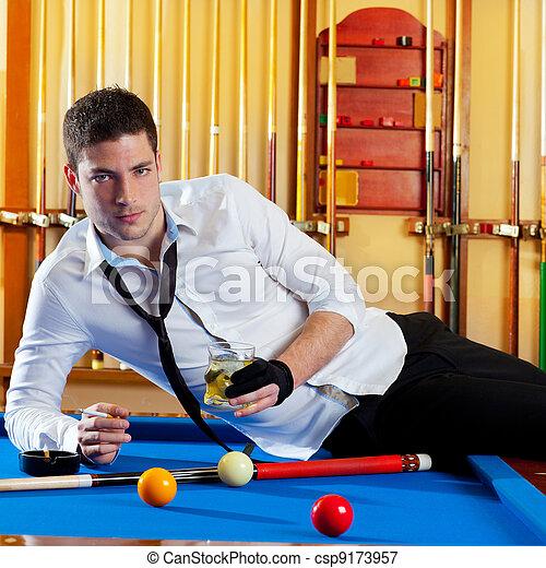 Un apuesto jugador de billar que bebe alcohol - csp9173957