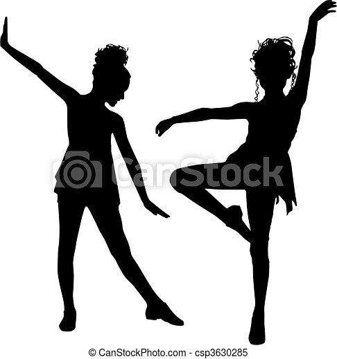 Niños bailando alegres - csp3630285