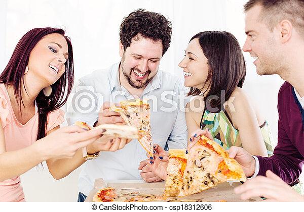 Amigos alegres comiendo pizza - csp18312606