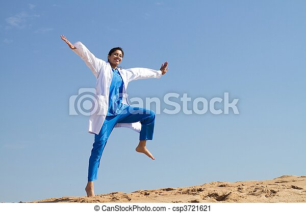 alegre, enfermera, saltar, playa - csp3721621