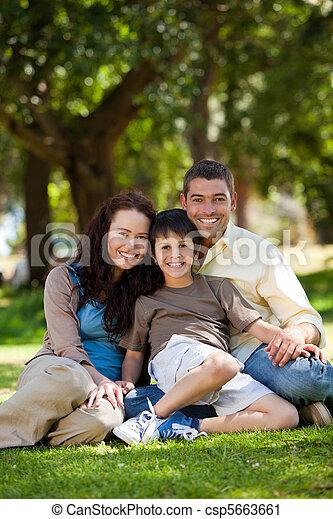 alegre, jardim, família, sentando - csp5663661