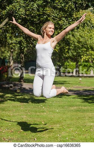 alegre, mujer, parque, joven, saltar - csp16636365