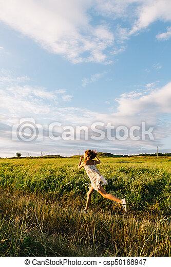 Chica alegre corriendo con cometa - csp50168947