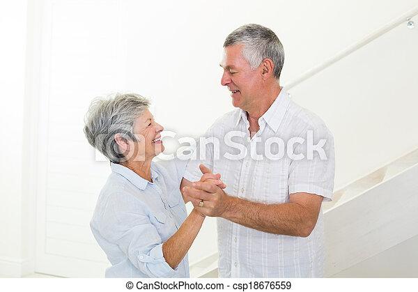 alegre, pareja mayor, juntos, bailando - csp18676559