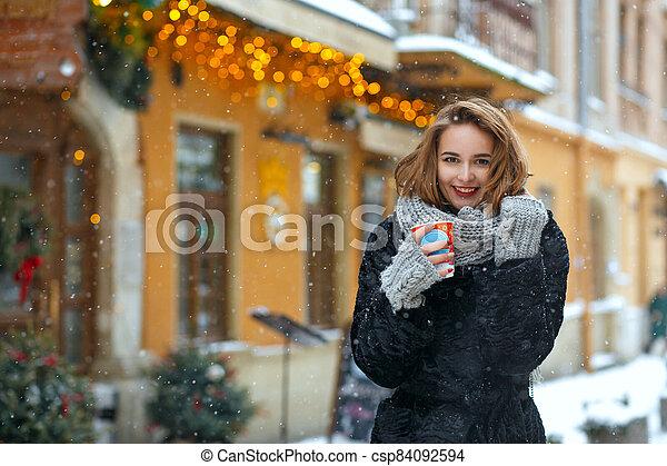 alegre, pelo, rizado, al aire libre, niña, bebidas de café - csp84092594