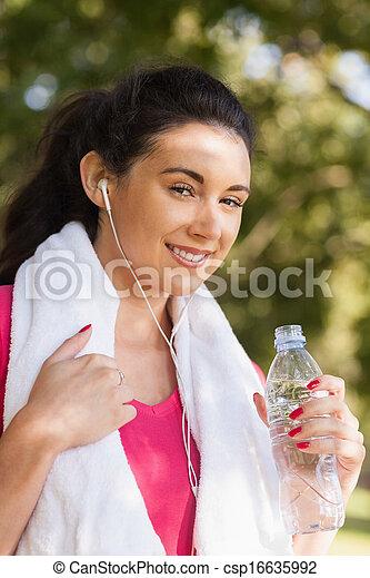 alegre, posar, mujer, parque, joven - csp16635992